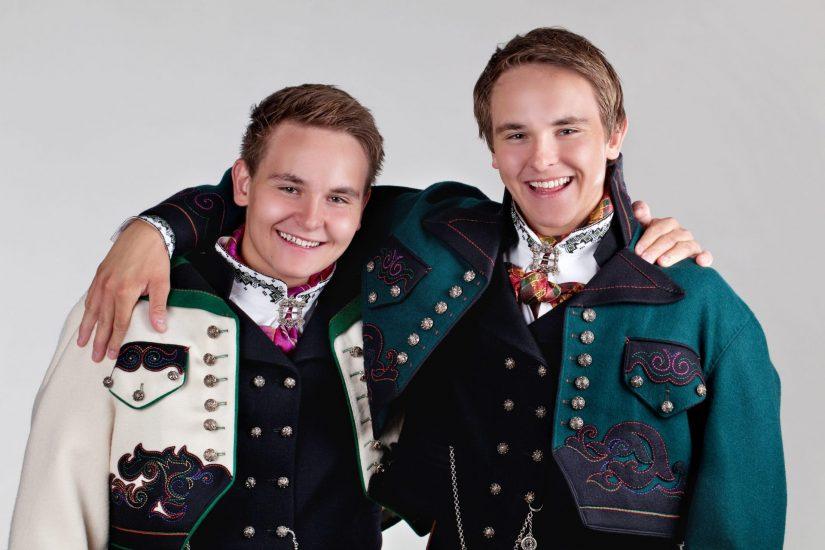 Herrer i kvit og grøn jakke til Øst-Telemsarksbunaden