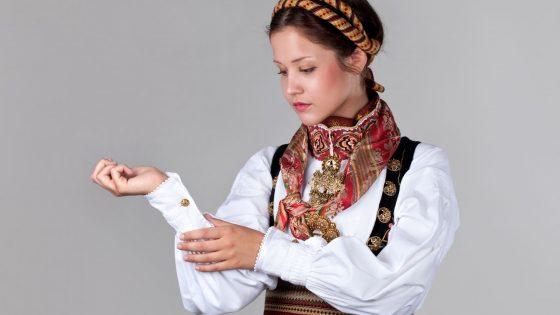 Jente med en Beltestakk med forgylt halsring, bøheringsring, bolesølje, mansjettknappar og maler