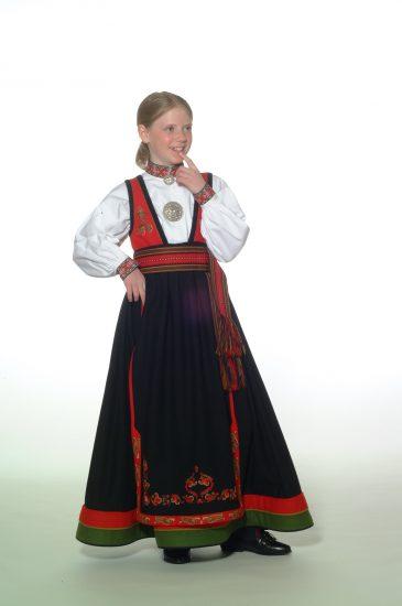 Almankas-ost-telemark-barnebunad