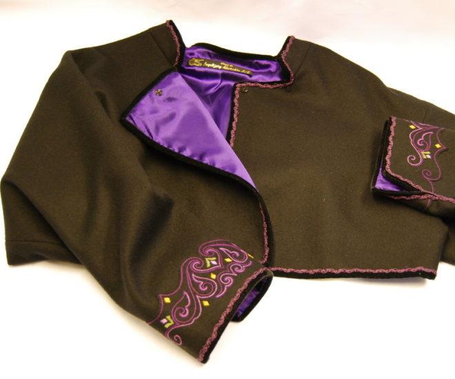 Beltestakk jakke med lite broderi i lilla farger