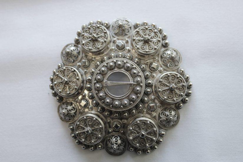 Håndlaget bølesølje i oxydert sølv 90 mm i diameter