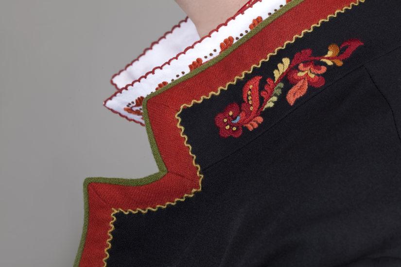 Vest-Telemarksbunad med svart jakke