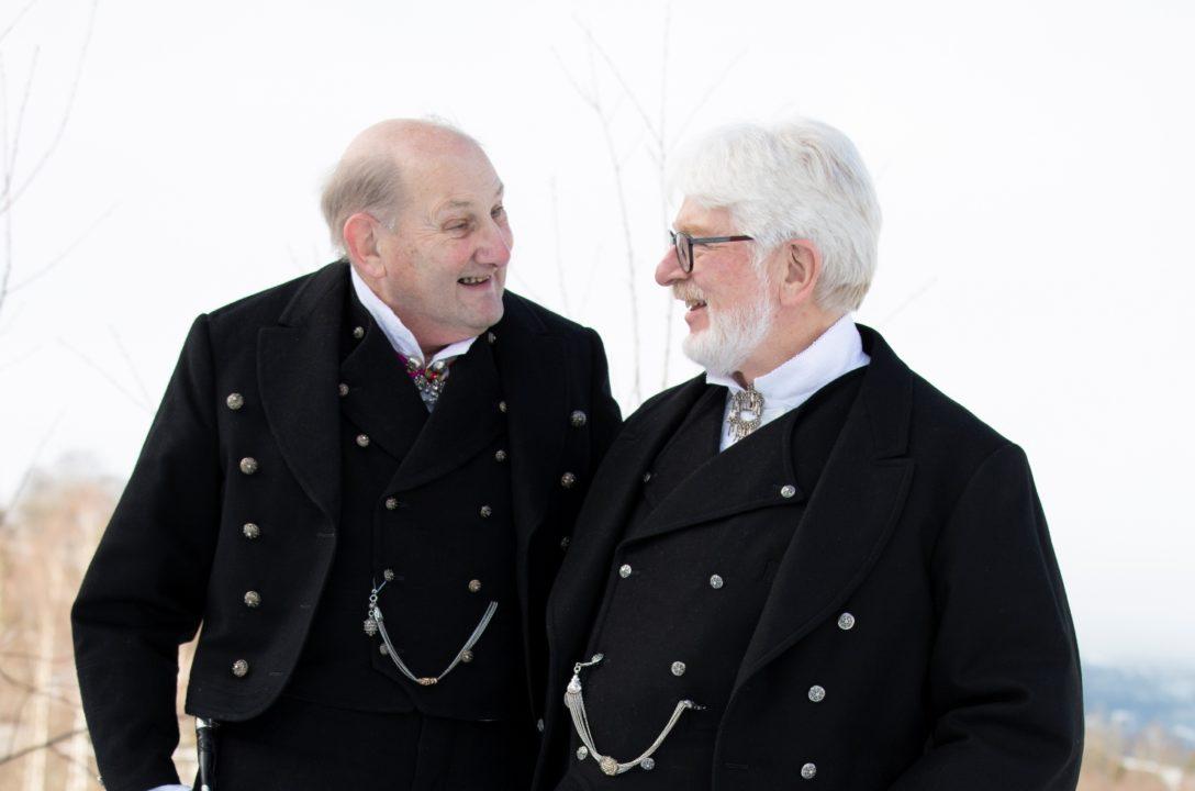 2 menn i Svart rundtrøye bunad