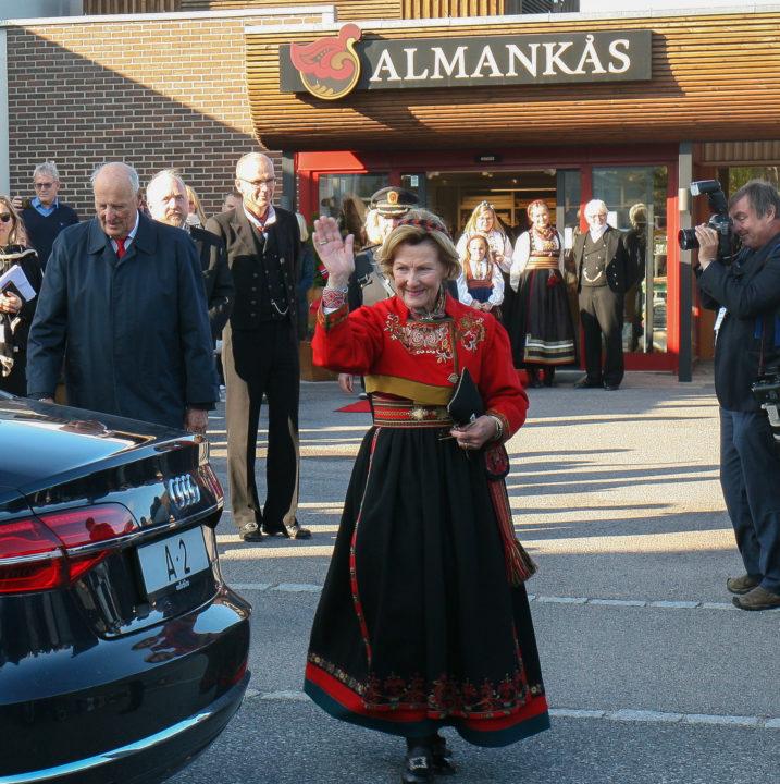 Dronning Sonja vinker etter besøk hos bunadsbedriften Almankås